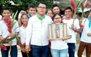 grupo de jovenes sosteniendo a la virgen de guadalupe