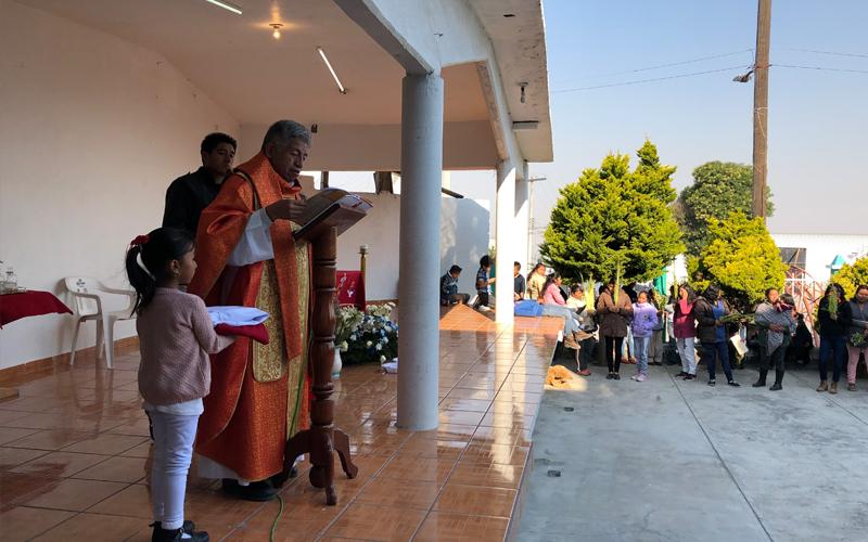 Misiones Semana Santa Padre dando misa